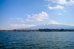 Fujisan pod chmurnego nieba widokiem od jeziornego Kawaguchi Obraz Stock