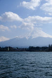 Fujisan pod chmurnego nieba widokiem od jeziornego Kawaguchi Fotografia Stock