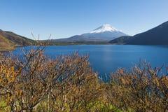 Fujisan przy Jeziornym Motosu Zdjęcia Royalty Free