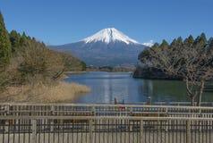 Fujisan przy Jeziornym Tanuki Obrazy Royalty Free