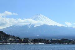 Fujiyama en hiver avec le lac Photos stock