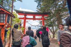 Fujiyoshida, Ιαπωνία - 22 Απριλίου: Κόκκινος τρόπος πυλών torii σε Chureito ρ Στοκ φωτογραφία με δικαίωμα ελεύθερης χρήσης