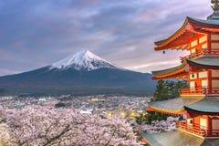 Fujiyoshida, Japan-Ansicht von Mt Fuji und Pagode stockfotos