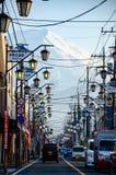 Fujiyoshidacityscape met Onderstel Fuji op achtergrond Royalty-vrije Stock Fotografie