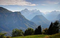 Fukta forested Vrata, Kot och Sava dalar nedanför det Triglav maximumet royaltyfria bilder