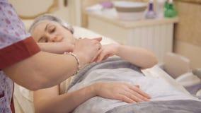 Fukta händer efter terapi i skönhetklinik lager videofilmer