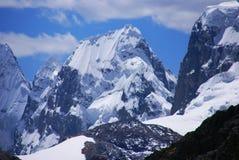 Fukta snöig framsidor på berg Royaltyfri Fotografi