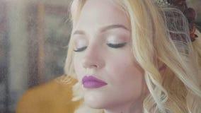 Fukta sprejstänk på framsidan av flickan efter makeuptillvägagångssätt stock video