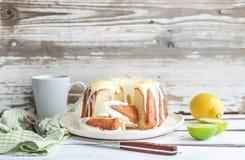 Fuktig limefrukt- och citronbundtyoghurt bakar ihop, vit arkivbilder