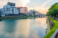 Fukuoka, Giappone - 29 giugno 2014: Punto di vista di Naka River (uno del fiume principale nella città di Fukuoka) dalla zona di  immagini stock libere da diritti