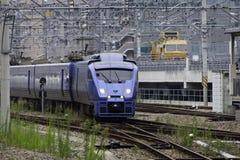 30 08 Fukuoka 2015 japão Trem expresso pela estrada de ferro Compa de Kyushu Fotografia de Stock Royalty Free