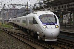 30 08 Fukuoka 2015 japón Tren expreso por el ferrocarril Compa de Kyushu Foto de archivo libre de regalías