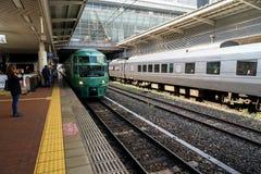 Fukuoka Japan - Maj 14, 2017: Grön passagerarebil av Yufuin ingen Mori på den Hakata stationen Arkivfoton