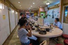 FUKUOKA, JAPAN - 26. SEPTEMBER 2014: Innenraum von japanischen Sushi stockfotos