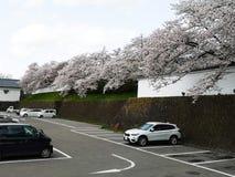 Fukushima Japan-April 16, 2018: parkeringshus nära restaurangbenea Arkivbild