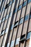 Ful byggnad för tornblock med öppnade fönster Arkivfoto