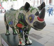 Ful fronteggia la foto di una statua di rinoceronte che sta vendere all'asta per il fondamento della carità della ZANNA fotografia stock libera da diritti