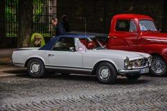 FULDA, DEUTSCHLAND - MAI 2013: Offener Tourenwagen Retro- c Mercedes-Benzs 280 SL Lizenzfreies Stockfoto