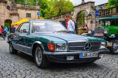 FULDA, DEUTSCHLAND - MAI 2013: Retro- Auto Coupés Mercedes-Benzs SL R107 Stockbild