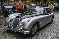 FULDA TYSKLAND - MAI 2013: Nolla för bil för Jaguar XK150 sportkupé retro arkivfoton