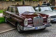 FULDA TYSKLAND - MAI 2013: Retro Mercedes-Benz 220 SE-limousine royaltyfria bilder