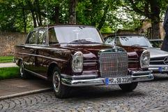 FULDA TYSKLAND - MAI 2013: Retro Mercedes-Benz 220 SE-limousine arkivfoton