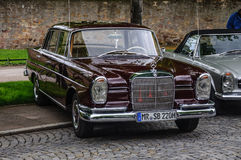 FULDA TYSKLAND - MAI 2013: Retro Mercedes-Benz 220 SE-limousine Arkivfoto