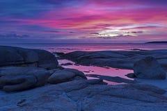 Fulgor bonito do nascer do sol na baía dos fogos em Tasmânia foto de stock royalty free