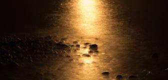 Fulgor da lua sobre a linha costeira Fotos de Stock Royalty Free