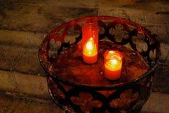 Fulgor das velas da igreja na obscuridade imagens de stock royalty free