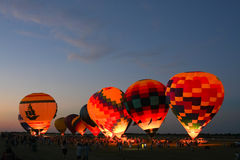Fulgor do balão de ar quente na noite Foto de Stock