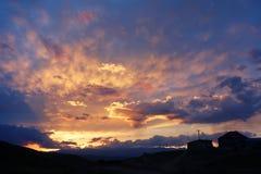 Fulgor do por do sol com casa Fotografia de Stock Royalty Free