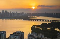 Fulgor do por do sol do lago Moshui em Wuhan imagens de stock royalty free