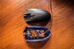 Fulgor dos diodos em um rato explodido do computador fotos de stock