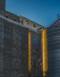 Fulgor dos elevadores de grão de Dufur na última luz do dia fotografia de stock royalty free