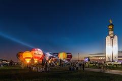 Fulgor festivo da noite dos balões perto da torre de sino no ` complexo memorável do campo de batalha do tanque do polo de Prokho Imagem de Stock