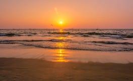 Fulländande solnedgång i goa Royaltyfria Foton