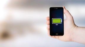 Full batteritelefon på userÂs hand Royaltyfri Fotografi
