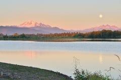 Full blå måne över Mt Bagare och berg för tre systrar Arkivfoto