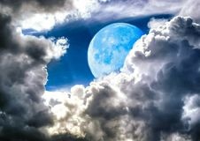 Full Blue Moon bortgång till och med de himla- molnen royaltyfri foto