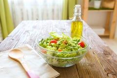 Full bunke av ny grön sallad på en trätabell mot på ett lantligt kök Sund livsstil för begrepp och enkel mat Royaltyfria Foton