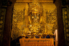 Full främre sikt av den Mahamuni Buddha Royaltyfri Bild