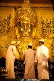 Full främre sikt av den Mahamuni Buddha Arkivbild
