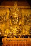 Full främre sikt av den Mahamuni Buddha i Myanmar Arkivbilder