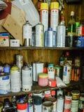 Full funktionsduglig garderob av cans Arkivfoton