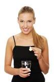 full glass pill som sätter vattenkvinnan Arkivbild