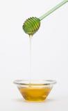 Full honungkruka och honungpinne Arkivbilder