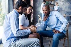 Full koncentration på arbete Funktionsdugliga kollegor för företags lag som arbetar i modernt kontor arkivbild