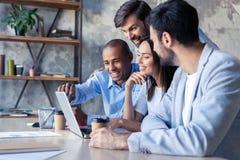 Full koncentration på arbete Funktionsdugliga kollegor för företags lag som arbetar i modernt kontor arkivfoton