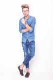 Full kropp av bärande jeanskläder för en allvarlig tillfällig man Fotografering för Bildbyråer